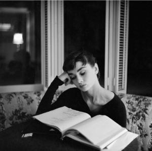 audrey-hepburn-bampw-book-reading-vintage-Favim_com-125346